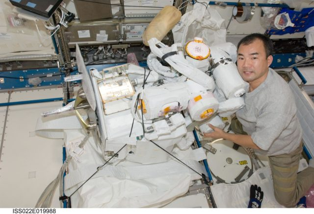 Noguchi works with JEMRMS SFA in the JPM during Expedition 22
