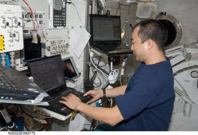Noguchi works on JEMRMS Limp Mode Transfer during Expedition 22