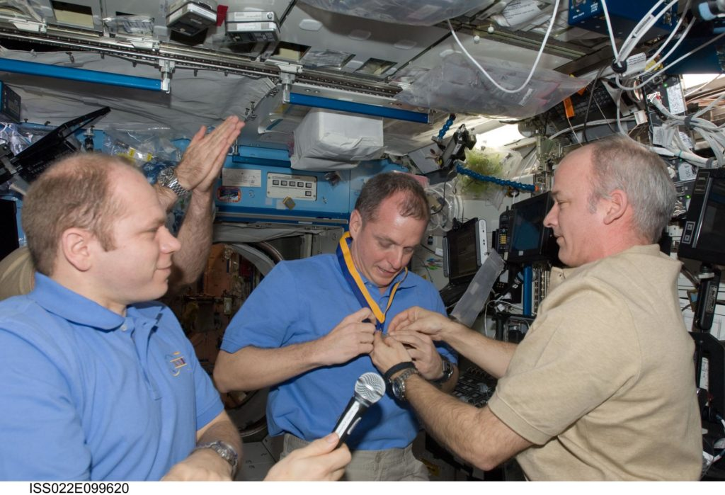 Williams presents award to Creamer in the U.S. Laboratory during Expedition 22