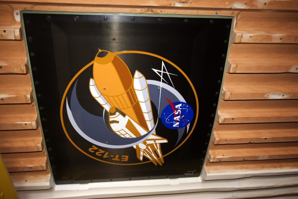 STS-134 ET-122 INSIGNIA - VAB 2010-4904