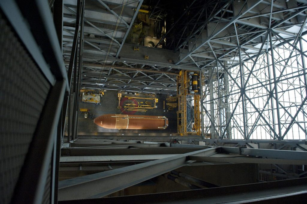 STS-134 ET-122 XFER TO VAB 2010-4912