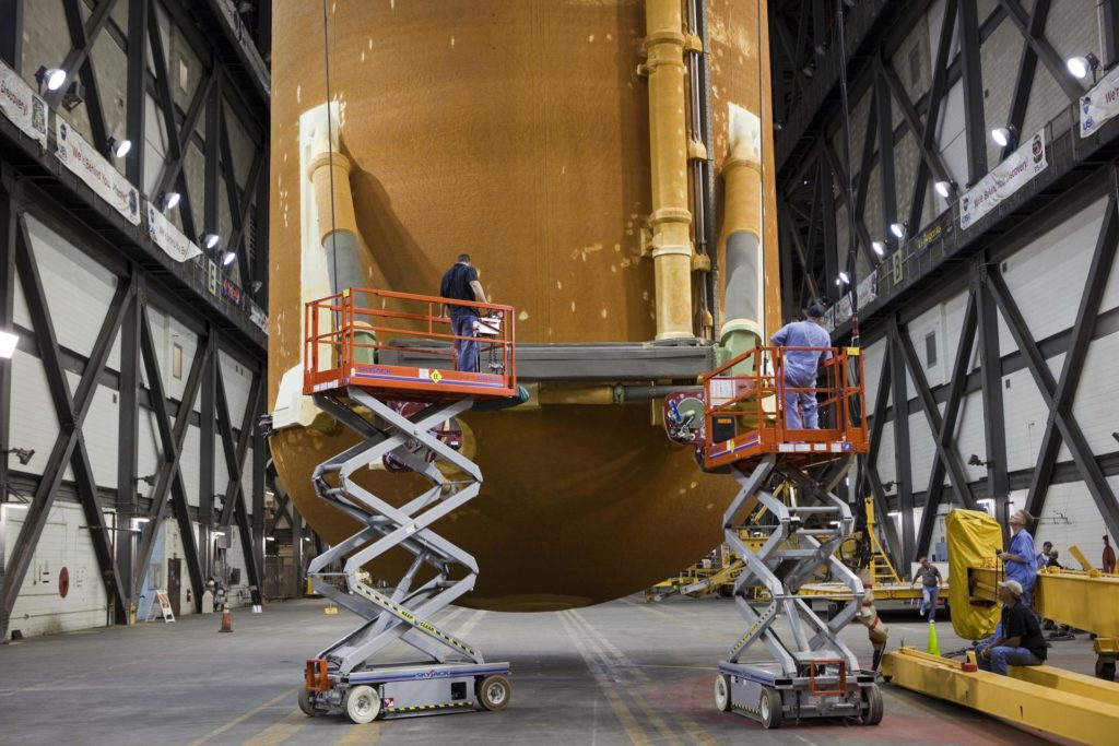 STS-134 ET-122 LIFT TO TEST CELL 2010-4917