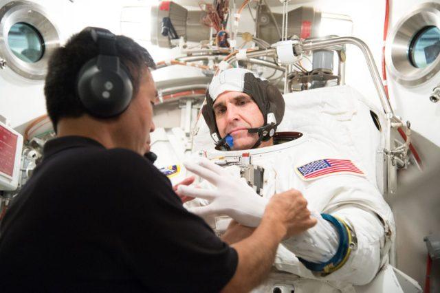 Date: 06-28-13 Location: Bldg 7, SSATA Subject: ISS-038 crew members a Rick Mastracchio and Koichi Wakata during SSATA crew training and EMU certification. Photographer: James Blair/ NASA jsc2013e065242