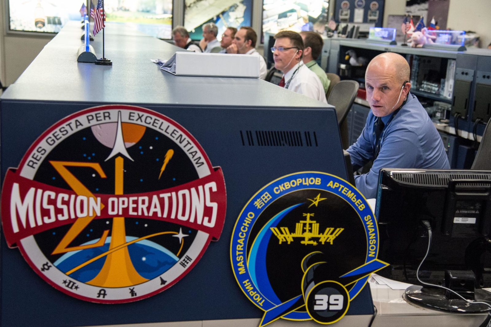 DATE: 3-27-14.LOCATION: Bldg. 30 - FCR-1 (30M/231).SUBJECT: Expedition 39 flight controllers on console with Flight Director Ron Spencer watch the approach of the Soyuz 39 crew docking to the ISS from FCR-1..PHOTOGRAPHER: Lauren Harnett jsc2014e031497