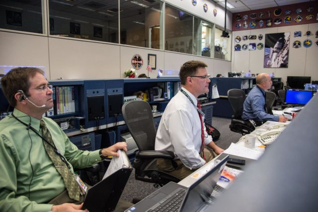 DATE: 3-27-14.LOCATION: Bldg. 30 - FCR-1 (30M/231).SUBJECT: Expedition 39 flight controllers on console with Flight Director Ron Spencer watch the approach of the Soyuz 39 crew docking to the ISS from FCR-1..PHOTOGRAPHER: Lauren Harnett jsc2014e031512