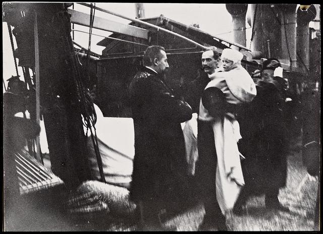 """Statsminister Christian Michelsen mottar kong Haakon 7 og kronprins Olav ombord det norske marinefartøyet """"Heimdal"""", 25. november 1905"""