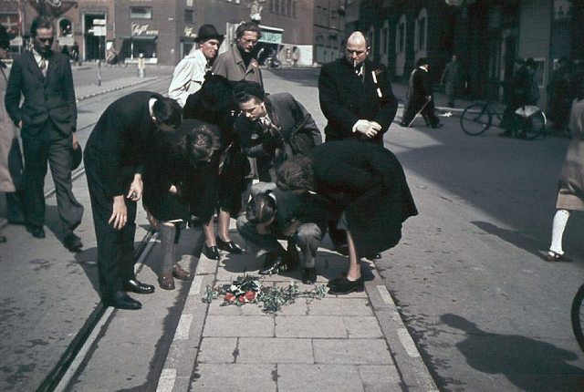 Flowers where the freedomfighter, police officer Kaj Hedal was shot. Nytorv at Strøget (the pedestrian street) in Copenhagen. Photo: Jørgen Nielsen for Jay
