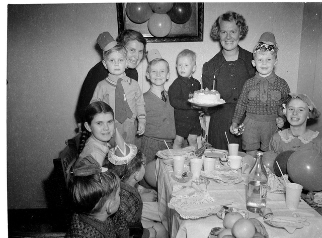 Children's birthday party at the home of Mrs Lucy Jane Moran, Todman Ave, Kensington, Sydney, 1930's / Sam Hood