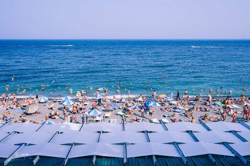 Busy Yalta beach (Unsplash)