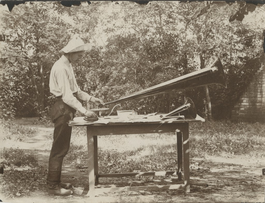 Boris Martinov oma grammofoniga / Boris Martinov with his gramophone