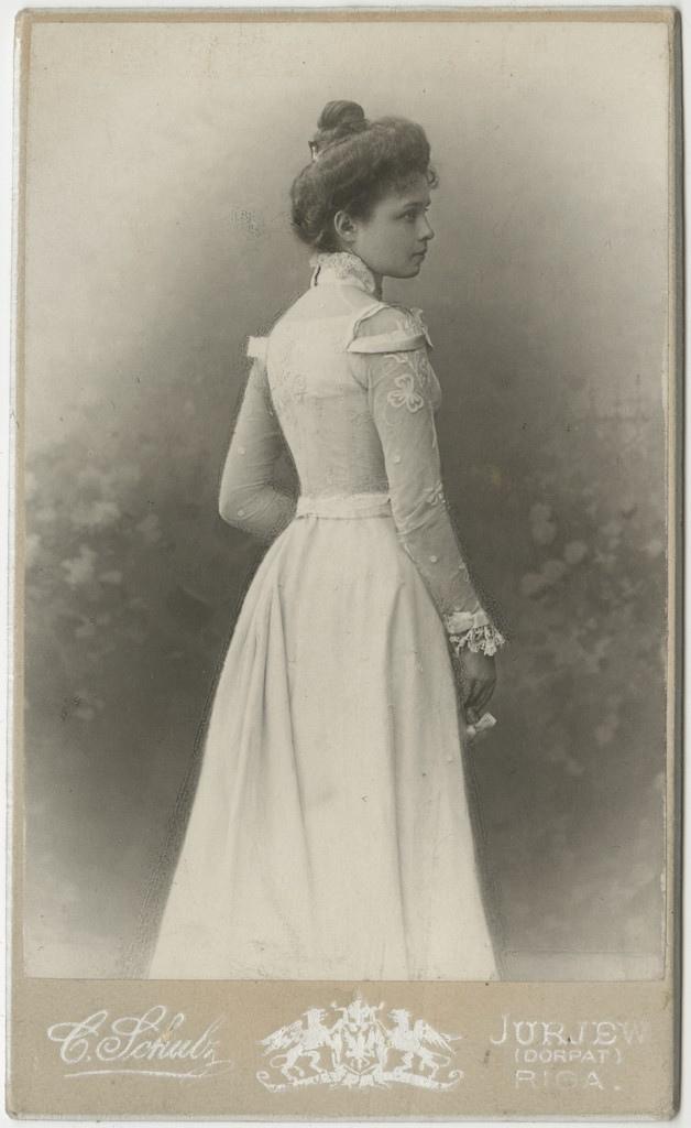 Elisabeth Kologrivova valges kleidis / Elisabeth Kologrivova in a white dress