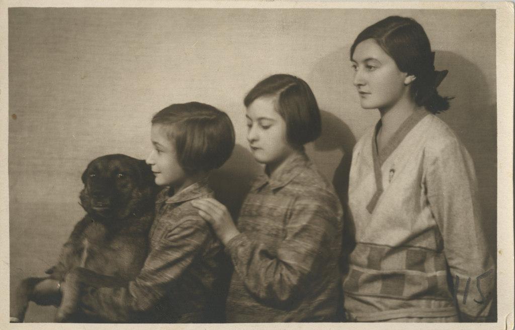 Eveline Maydelli onutütred Lilla, Bebi ja Aleksandra Brandt koeraga / Eveline Maydell's nieces Lilla, Bebi and Aleksandra Brandt with a dog - 1929