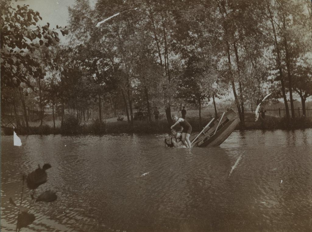 Eveline Maydelli tädipojad aerutamas / Eveline Maydell's nieces boating