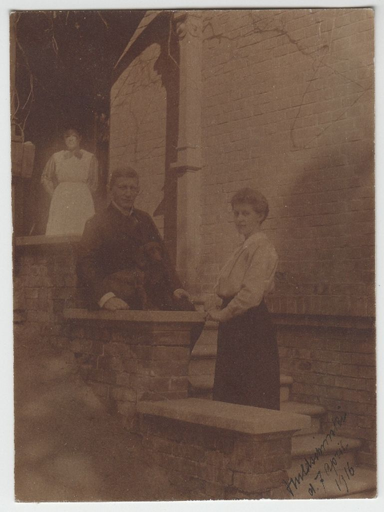 Guido ja Eveline Maydell koos teenijanna Wusekega 1916. a oma kodu ees Zawiercies (Poola) / Guido and Eveline Maydell with their maid Wuseke in 1916 in front of their apartment house in Zawiercie (Poland)