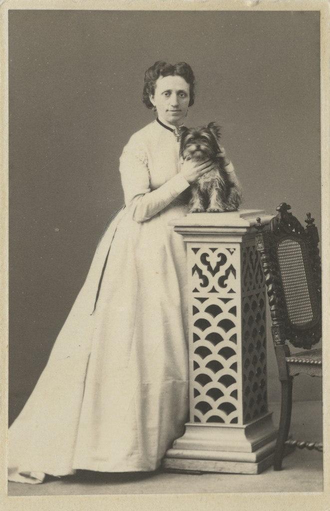 Jeanne von Wrangell sülekoeraga / Jeanne von Wrangell with Lapdog