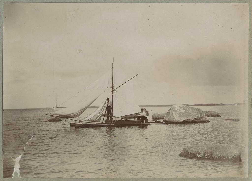 Katamaraan rannikumeres / A catamaran in coastal sea