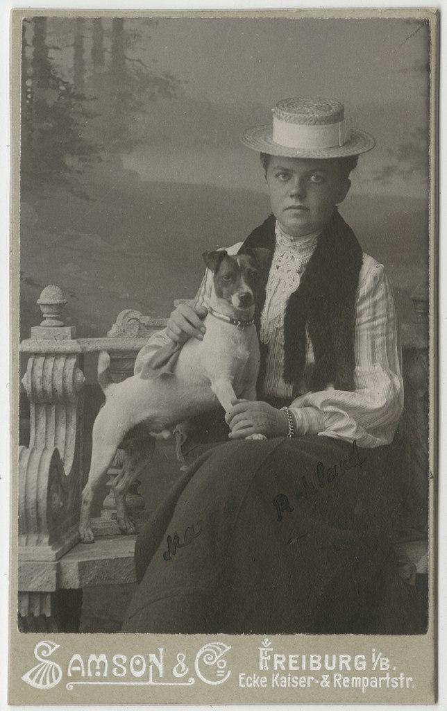 Margarethe von Rohland koeraga / Margarethe von Rohland with Dog