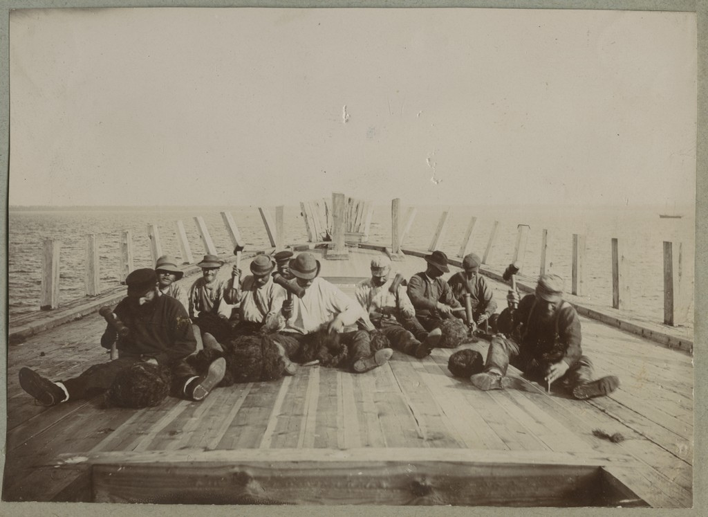 Mehed laeva ehitamas / Men building a ship