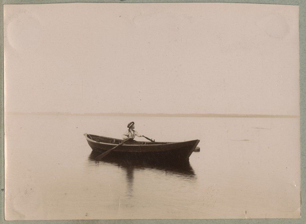 Naine aerupaadiga merel / A woman with a rowing boat on sea