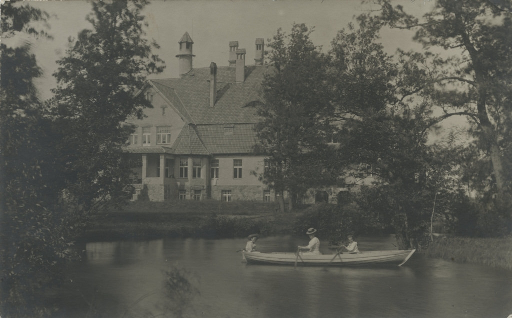 Naine kahe lapsega Holdre mõisa aias Õhne jõel aerutamas / Woman rowing with children on Õhne river in the garden of Holdre manor