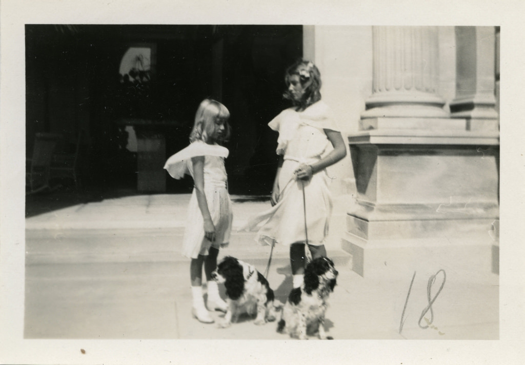Nandine ja Sylvia Szechenyi koertega Vanderbilti villa ees / Nandine and Sylvia Szechenyi with dogs in front of the Vanderbilt mansion - 1931