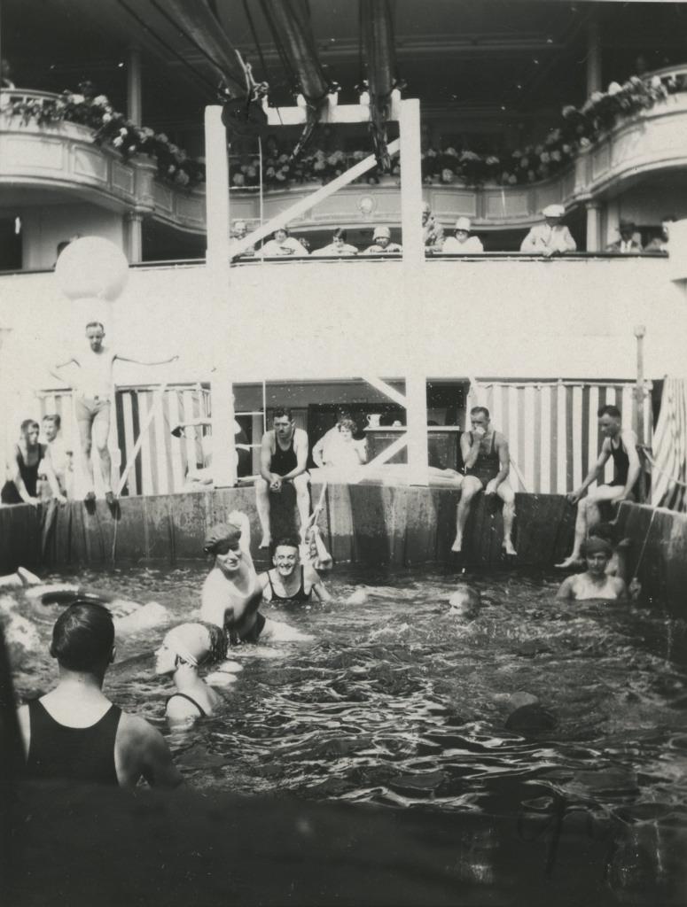 Reisijad laeva St.Louis tekil basseinis suplemas / Passengers swimming in pool on ship St Louis deck - 1929
