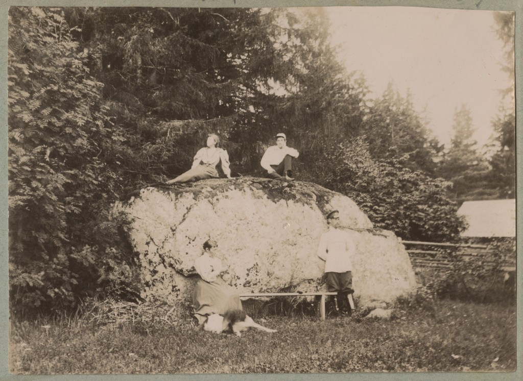 Seltskond rändrahnul puhkamas / A group resting on a large erratic boulder