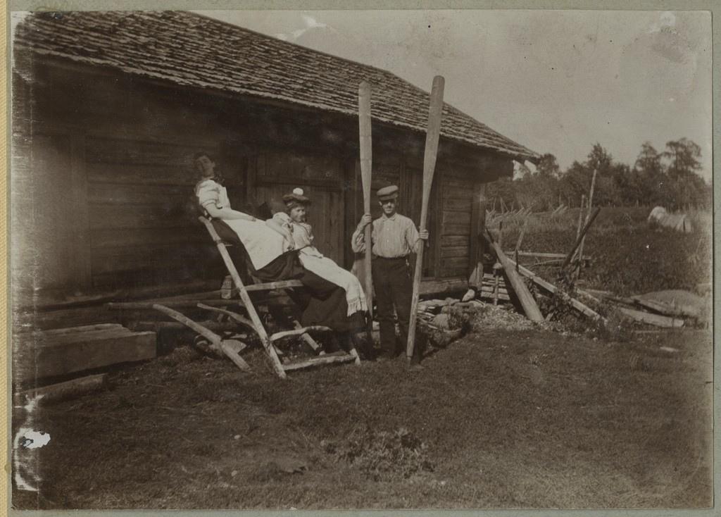 Seltskond taluõuel poseerimas / A group posing on a farmyard