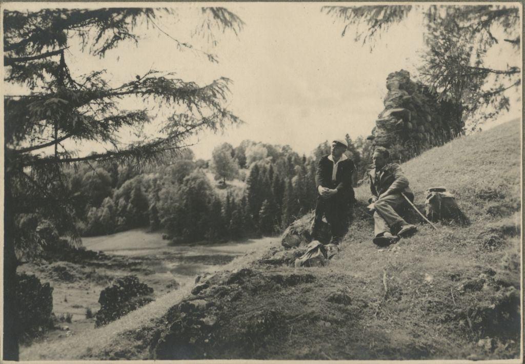 Tudengid Karksi linnusevaremete taustal / Students by the Karksi Fortress Ruins
