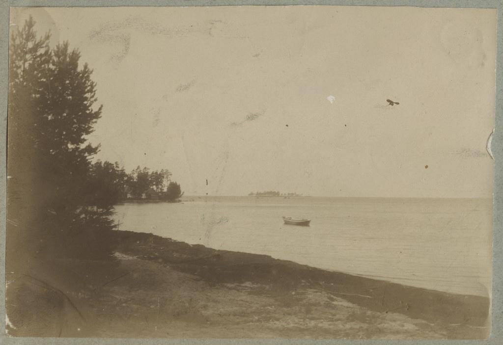 Üksik paat rannavettes / A lone boat in coastal waters