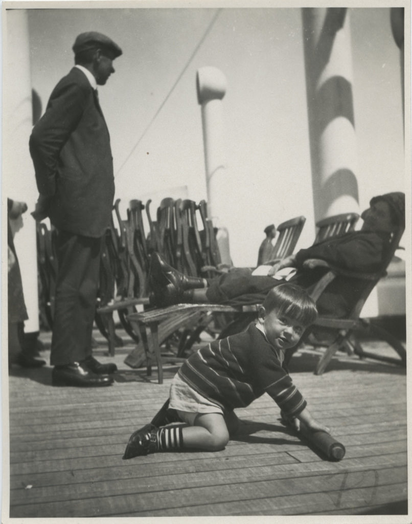 Väike poiss St. Louise laevatekil mängimas / Little boy playing on St.Louis deck - 1929