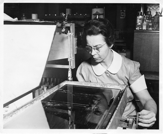 Katharine Burr Blodgett (1898-1979), demonstrating equipment in lab