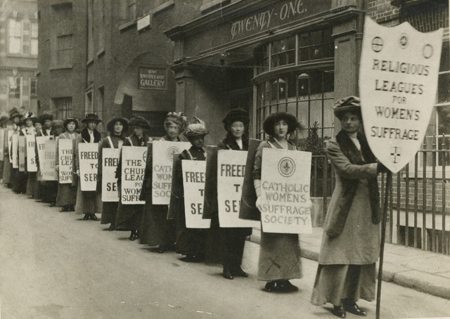 Procession of the religious leagues for women's suffrage, c.1914.