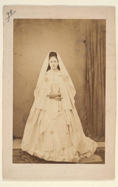 Nonne blanche (en pied)