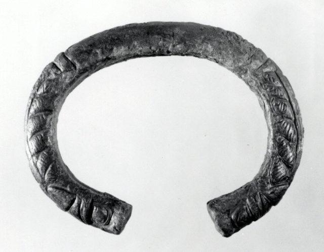 Bracelet with lion's-head terminals