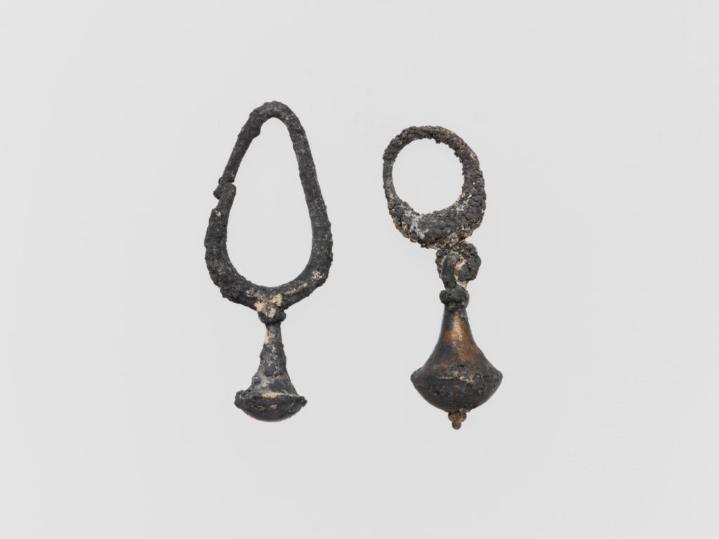 Silver earring with nail-head pendant