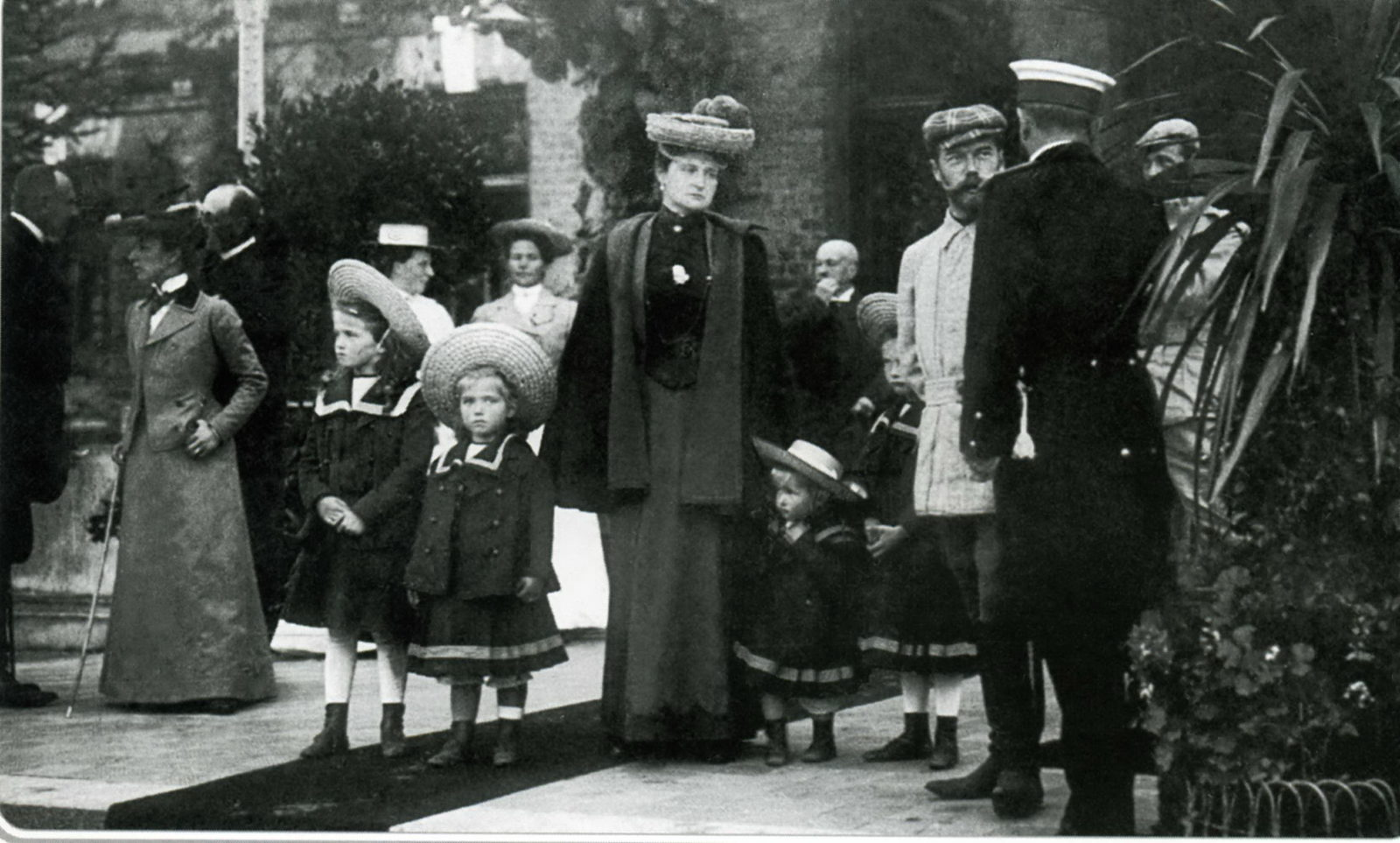 Emperor Nikolaq II and Empress Alexandra Feodorovna with her daughters.