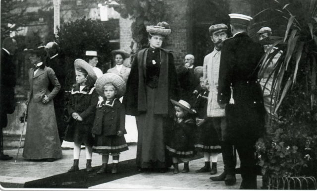 Emperor Nikolaq II and Empress Alexandra Feodorovna with her daughters.