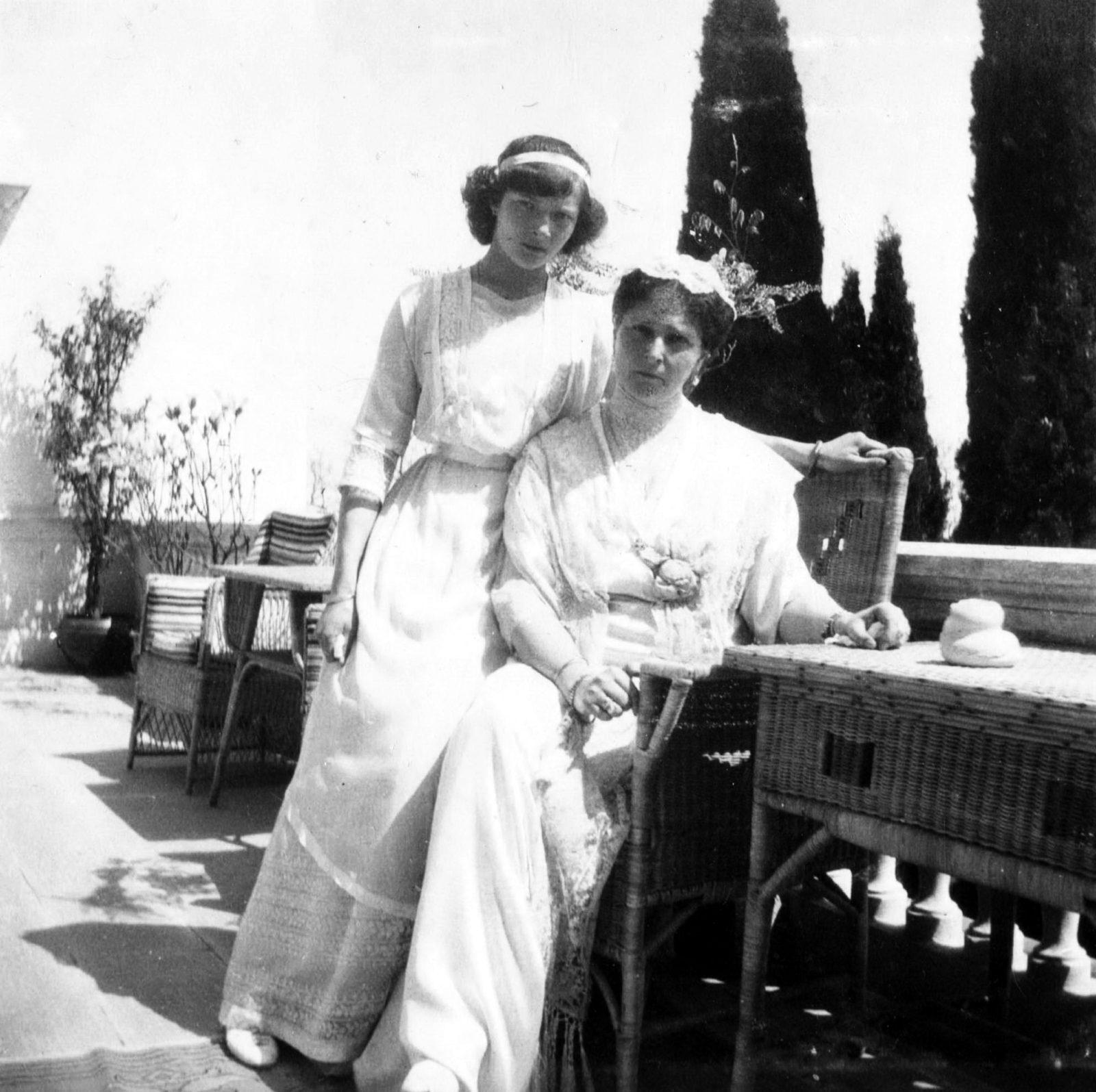 Empress Alexandra Feodorovna with GD Tatiana. Livadia. 1914.