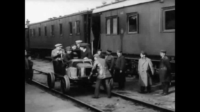 Kursk railway station in 1918. Trials of autodrain.