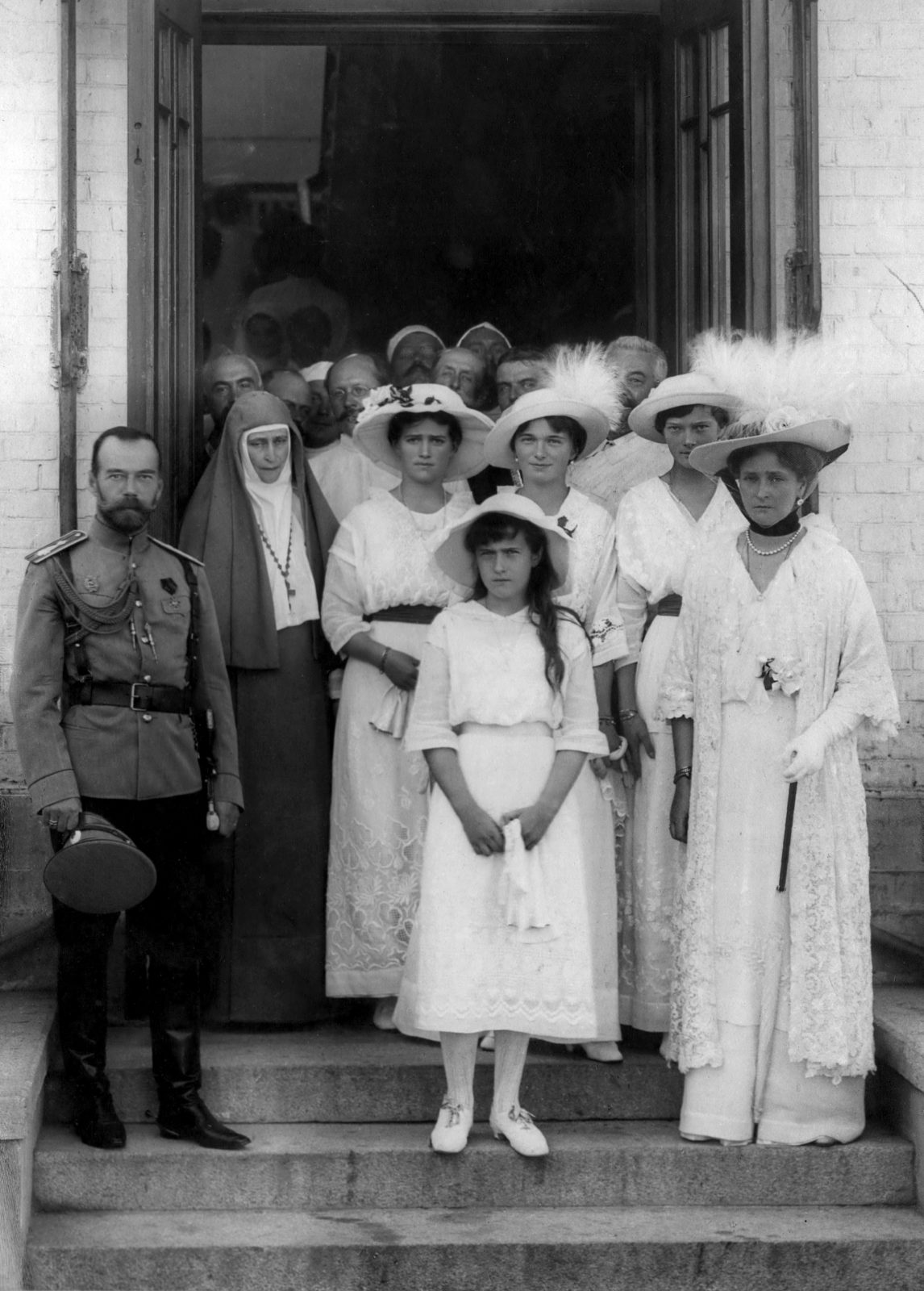 The family of the Emperor Nicholas II and the founder and abbess of the Martha and Mary Convent of the Sisters of Mercy Grand Duchess Elisaveta Feodorovna at the entrance to the Soldatenkov Hospital .