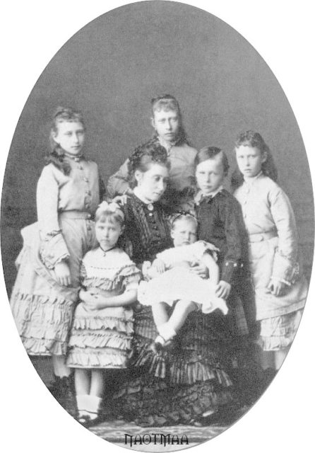 Children of the Grand Duke of Hesse-Darmstadt Ludwig IV with the mother of the Grand Duchess of Hesse and the Rhine Alice.