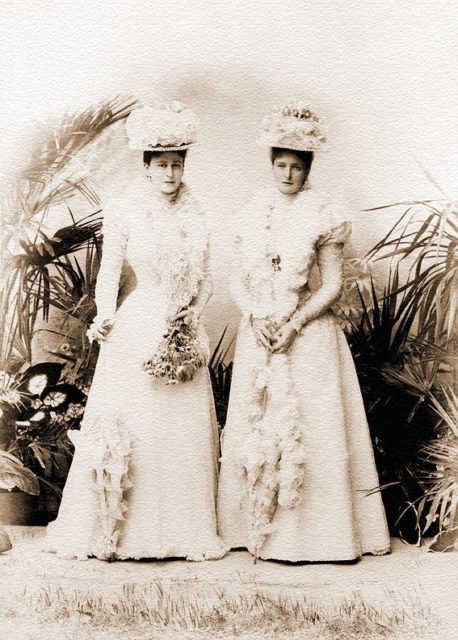 Empress Alexandra Feodorovna (right) and Grand Duchess Elizabeth Feodorovna.