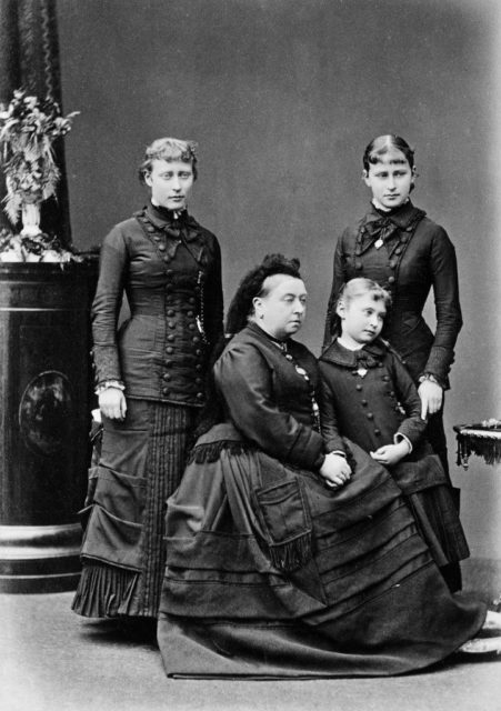 English Queen Victoria with granddaughters Victoria, Eisaveta and Aliceoua.