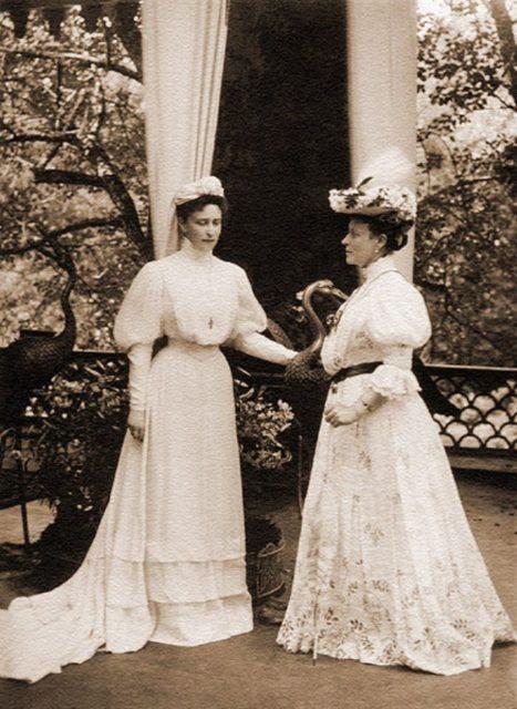 Grand Duchess Elisaveta Feodorovna (left).