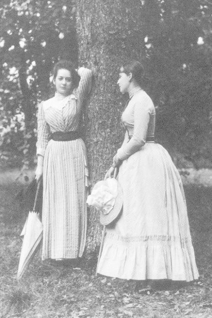 Grand Duchess Elizabeth Feodorovna (right) with the lady-in-waiting Ekaterina Kozlyaninova (Kitty). Il'inskoye.