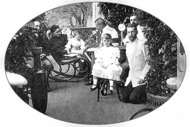 Grand Duke Serey Alexandrovich and Grand Duchess Elisaveta Feodorovna with the children of Grand Duke Paul Alexandrovich. Grand-dwelling Il'inskoye estate.