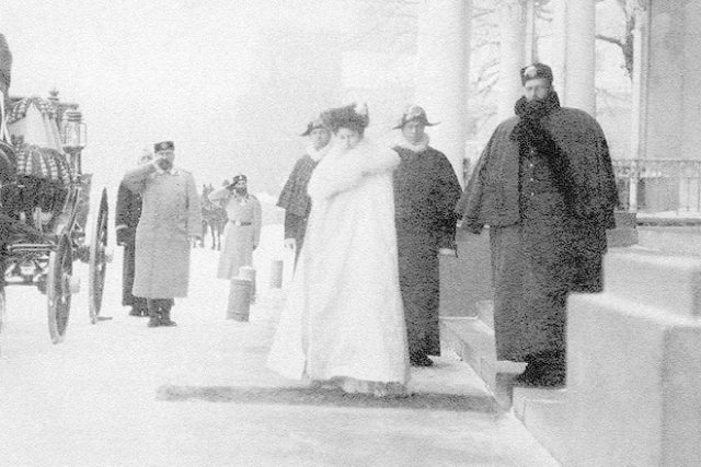 Grand Duke Sergey Alexandrovich with his wife Grand Duchess Elizabeth Feodorovna before the entrance to the Alexander Palace.