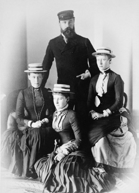 The Grand Duke of Hesse Ludwig IV with the daughters of the princess Victoria, Elizabeth and Irena.