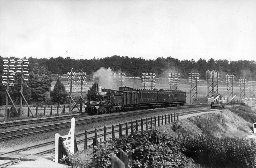 HUA-151315-Afbeelding van een stoomlocomotief uit de serie 1700 1800 nrs 1701 1835 van de NS met een trein nabij Oosterbeek Laag